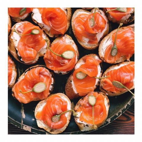 Брускетта с лососем и творожным сыром